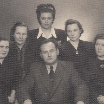 Su dėst. Z. Aleksandrovičiumi. 1949 m. E. Bimbaitė, V. Gailiūnaitė, N. Verbiejūtė, R. Kanišauskaitė, B. Spižauskaitė
