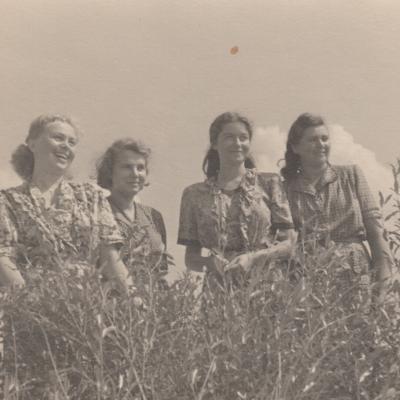 Su kolegėmis E. Saulevičiūte, L. Šimėnaite, E. Bimbaite pajūryje 1952 m.