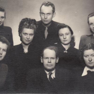 Su dėst. J. Nabažu. Sėdi iš kairės A. Vinikaitytė, iš dešinės B. Spižauskaitė, stovi iš kairės E. Bimbaitė, N. Verbiejūtė, V. Karpavičius, R. Kanišauskaitė, V. Gailiūnaitė. 1952 m.