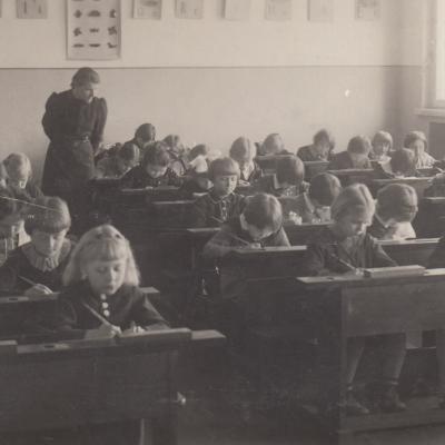 1938 J. Vokietaičio pradinėje mokykloje. Birutė pirmame suole pirma iš kairės