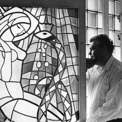 """Eduardas Balsys savo namuose prie vitražo """"Eglė – žalčių karalienė"""". Foto Valerij Koreškov"""