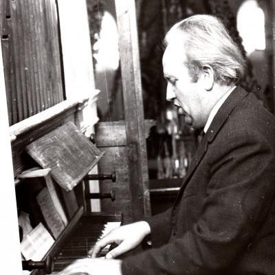 Prof. Lionginas Abarius gieda  prie Antazavės vargonų, 1972 m. A. Stasyčio nuotr.