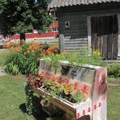 """Lina Ripskytė """"Sofija""""  Joniškio žemės ūkio mokyklos dekoratyvinio apželdinimo verslo darbuotojų specialybės mokiniai. Nuo liepos 1 d. pianinas skambės M. K. Čiurlionio muzika (muzikinis įtaisas V. Butaučio)."""