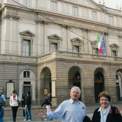 Su žmona prie La Scalos teatro