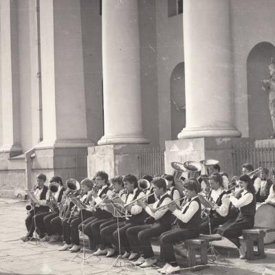 """Septima"" prie Arkikatedros 1984 m. II-III eilė - V. Matačinskas, E. Subačius, R. Beliukevičiūtė, R. Balčiūnas, R. Neimavičiūtė. I eilė - D. Kodikas, G. Butliauskas, Ž. Valiūnas, E. Dutkė, J. Šlapkauskas, R. Masalskas, Ž. Zinkevičius, Z. Ratautas, G. Skalskas"