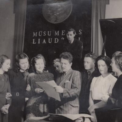 Su Baliu Dvarionu J. Gruodžio technikume. Viršuje V. Landsbergis. 1948 m.
