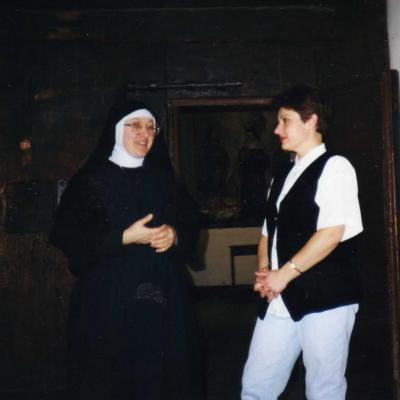 15.Daiva ir Dalia Tamošaitytės prie augustiniečių vienuolyno vartų Spelyje, 1997 liepa.