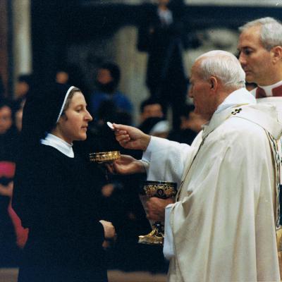 4.Popiežius Jonas Paulius II teikia šv. Komuniją D. Tamošaitytei, gimusiai per Kalėdas. Roma, Vatikanas, 1991 12 25.