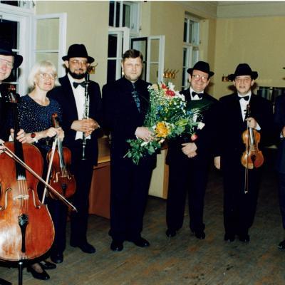"""1998 m. Ansamblis """"Lietuvos Jeruzalė"""", A. Rakausko foto. Iš kairės: V. Kaplūnas (violončelė), O. Lužnova (altas), kompozitorius F. Latėnas, L. Melnikas (fortepijonas), B. Traubas (vadovas, smuikas), A. Peseckas (smuikas)."""