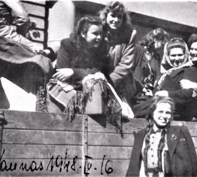 Atvyko iš Panevėžio į kompozitoriaus J. Gruodžio laidotuves (Gražina – sunkvežimyje, centre). Kaunas, 1948-04-16