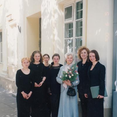 Iš kairės: G. Tuskenytė, J. Kanapkaitė, V. Liugaitė, R. Labuc, I. Budriūnienė, dėst. L. Narutavičienė, J. Tretjakova, 2000