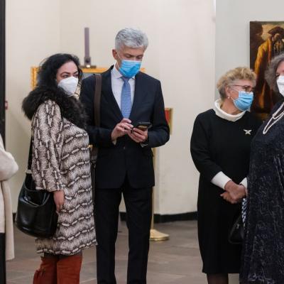 Publiką pasitinka (iš kairės) lituanistė J. Palionytė, smuikininkė D. Smolskienė, LMS tarybos narys T. Bakučionis, S. Karoso labdaros ir paramos fondo direktorė R. Kryžauskienė ir LMS prezidentė A. Žigaitytė-Nekrošienė