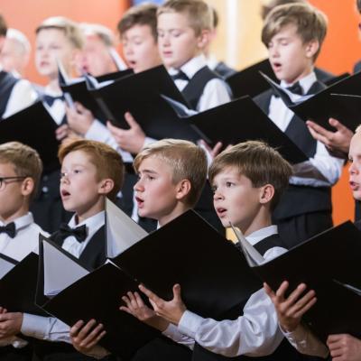 AUKSINIO DISKO 2021 laureatas berniukų ir jaunuolių choras ĄŽUOLIUKAS, choro meno vadovas ir dirigentas prof. Vytautas Miškinis