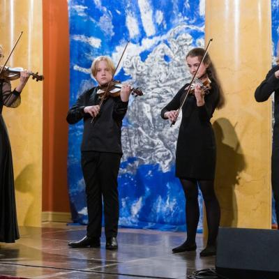 """Smuikininkų ansamblis """"Fiori musicali"""", koncertmeisterė Daiva Šulcaitė (Šiaulių Sauliaus Sondeckio, 1-osios muzikos mokyklos ir """"Dagilėlio"""" dainavimo mokyklos mokiniai, vadovė mokytoja ekspertė Nijolė Prascevičienė"""