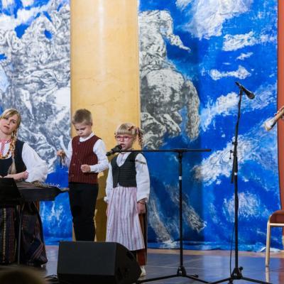 Jauniausioji DMŠ dalyvė, 2020 m. Lietuvos rekordininkė (jauniausia rečitalio atlikėja) Akvilė Ališauskaitė, Lukas Ališauskas (mušamieji), Aistė Bružaitė (kanklės), Egidijus Ališauskas (birbynė)