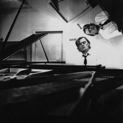 Julius Andrejevas prie fortepijono