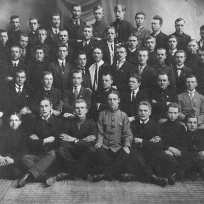 Viršutinėje eilėje pirmas iš dešinės kompozitorius, dirigentas Motiejus Budriūnas (1898 Pabiržėje–1969 Memingene, Vokietija), kompozitorius Antano Budriūno ...