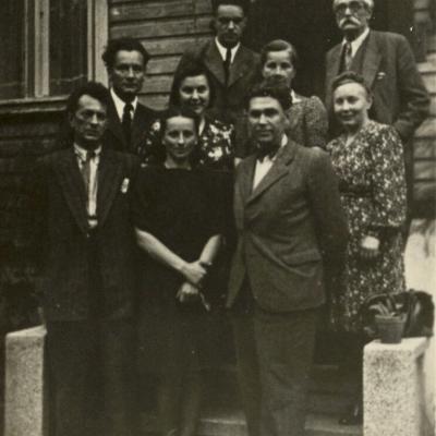 B. Dvarionas, A. Račiūnas, R. Geniušas, M. Bukša, A. Dvarionienė, Račiūnienė, V. Paulauskas, I. Geniušienė. 1948 m. po konservatorijos baigimo