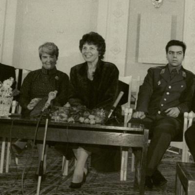 Vakaras Meno darbuotojų rūmuose 1987 m. R. Geniušas, O. Narbutienė, Irena Geniušienė, Julius ir Petras Geniušai