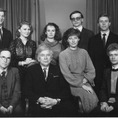1985 metai. Su mokiniais. Antroje eilėje stovi Dainius Puišys (pirmas iš kairės) ir Rolandas Aidukas (antras iš dešinės)