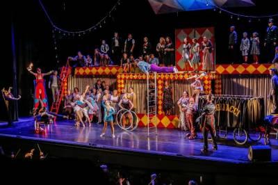"""Operoje """"Pajacai"""" žibės ir """"Diamonds show"""" merginos"""