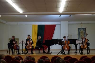 Meilė violončelei subūrė bendram muzikavimui