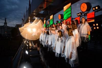 """Škvalas su lietum nesustabdė """"Tautiškos giesmės"""" vienybės tiltų"""