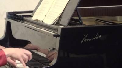 Muzikos svetainėje nuo šiol skambės Sauliaus Sondeckio fortepijonas