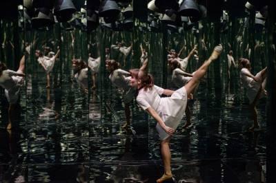 """""""Auksinių scenos kryžių"""" atspindžiai mirgėjo veidrodžių kambariu paverstoje LNOBT scenoje"""