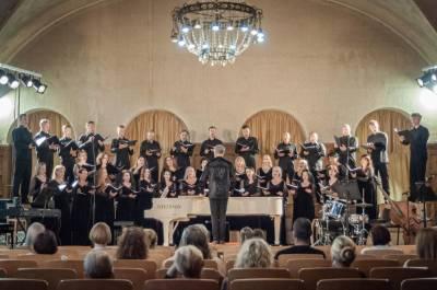 """Muzikinio teatro choro talentai atsiskleidė koncerte """"Liepsnojančio garstyčios"""""""