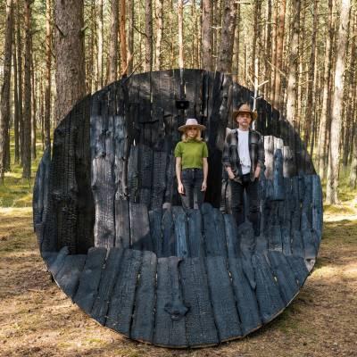 """Mamontovas ir J. Vaitkutė Nidoje pristatė instaliaciją """"Anglies miškas"""""""