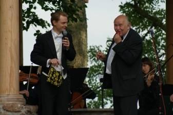 Liudas Mikalauskas tarp operos Berlyne ir namų kaime