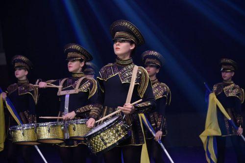 """Žavus Odesos (Ukraina) merginų šou mušamųjų instrumentų ansamblio """"Crazy Drummers"""" pasirodymas būgnų grupių festivalyje-konkurse """"DrumLine Battle Baltic 2016, """"Cido"""" arenoje"""