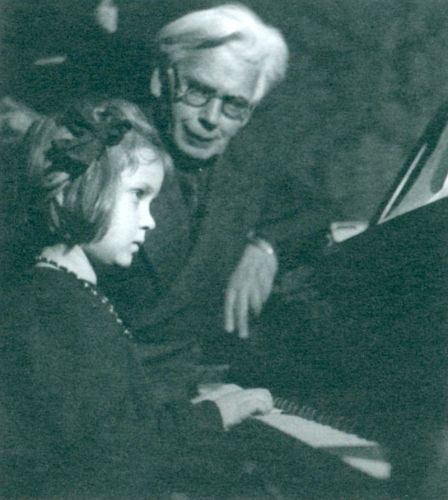 Kompozitorius Juozas Karosas su dukra Jūrate prie istorinio fortepijono